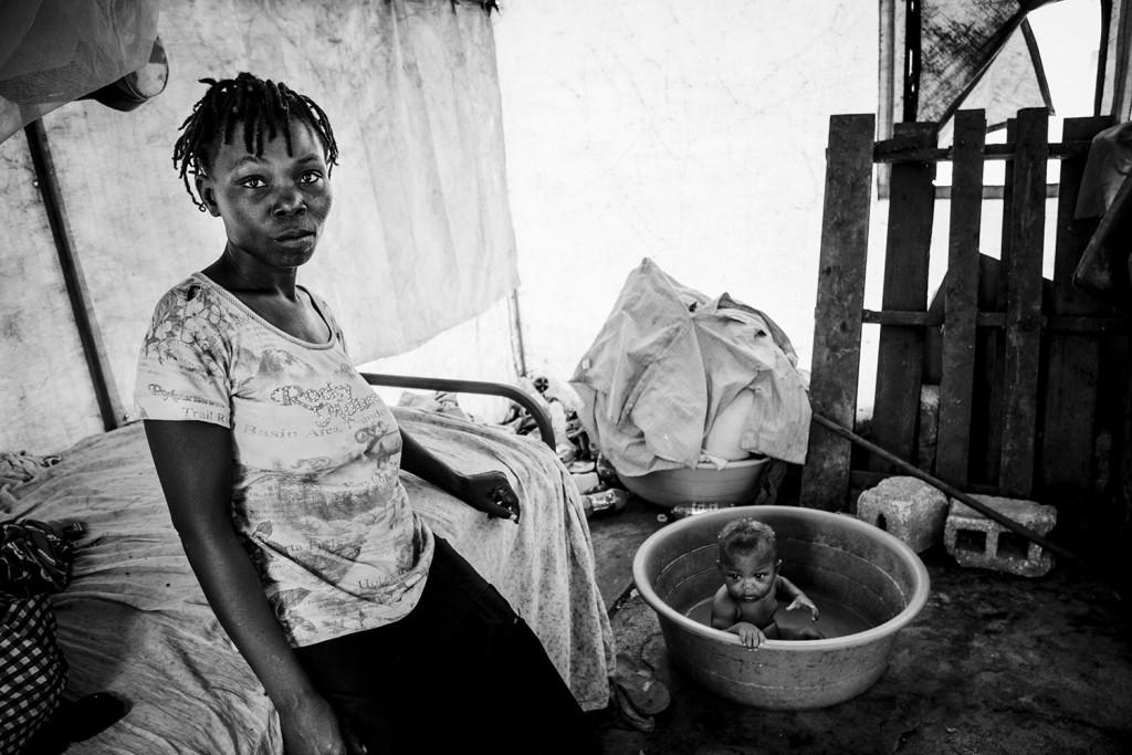 Mutter und Kind in einem Flüchtlingslager in Cité Soleil, Haiti - Weinert Brothers, A World in Distress (2015)