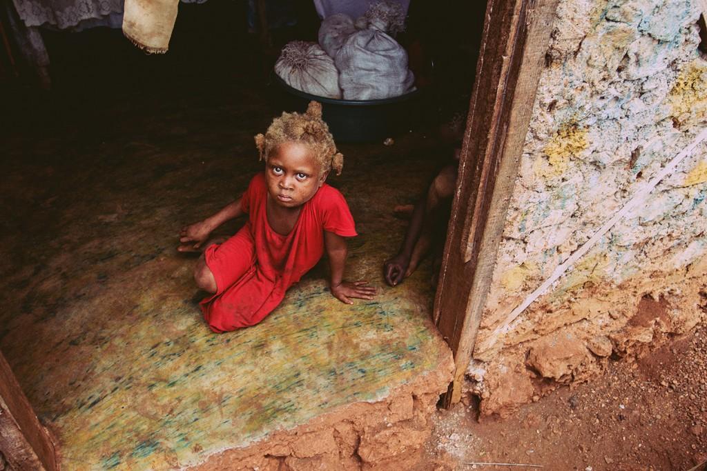 Junges Mädchen in den Bergen Haitis - Weinert Brothers, A World in Distress (2015)