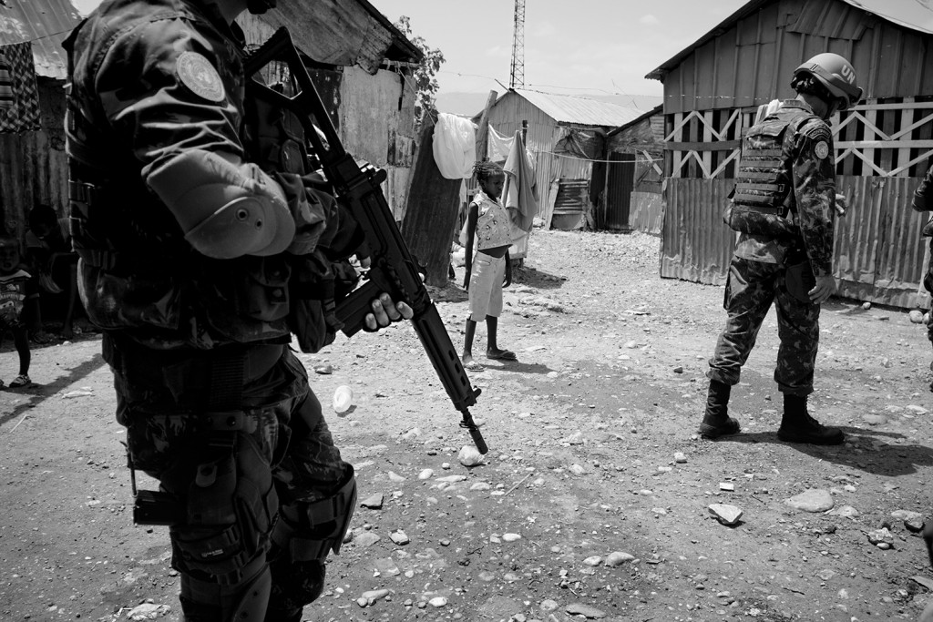 Brasilianische UN-Blauhelme patrouillieren durch Cité Soleil, Haiti - Weinert Brothers, A World in Distress (2015)