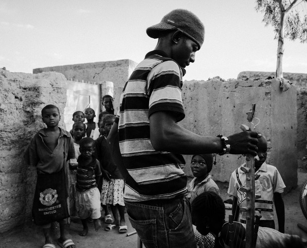 Der Schmuckverkäufer Ibrahim in seinem Zuhause in einem Vorort von Ouagadougou, Burkina Faso, 2014.