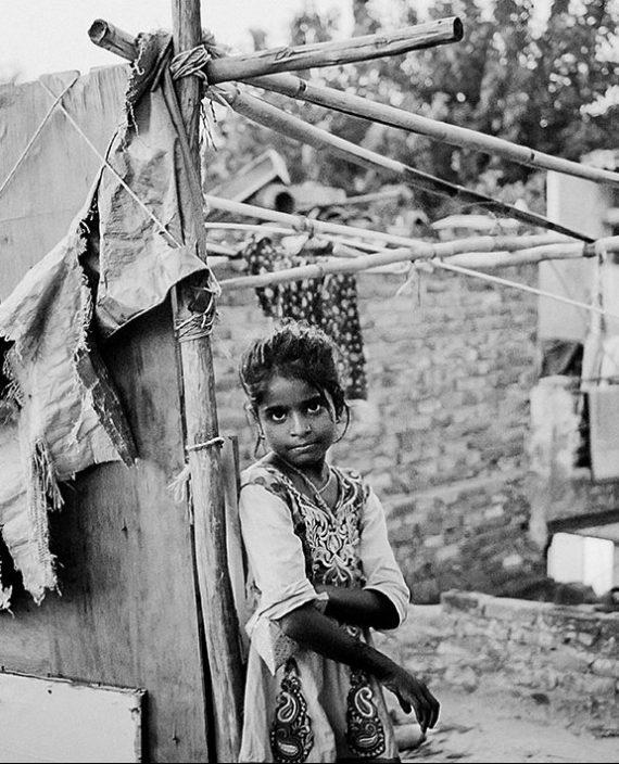 Postkarte - Weinert Brothers - Mädchen im Kathputli Slum