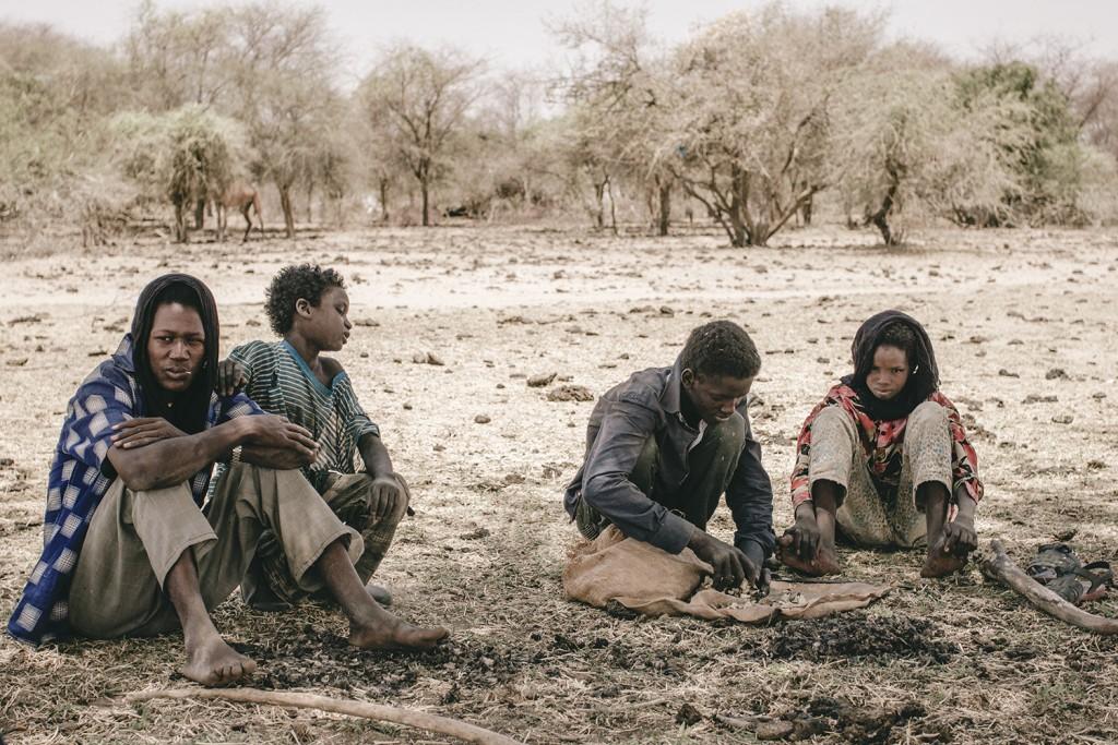 Junge Hirten suchen Schutz im Schatten eines Baumes in Oursi, Burkina Faso - Weinert Brothers, A World in Distress (2015)