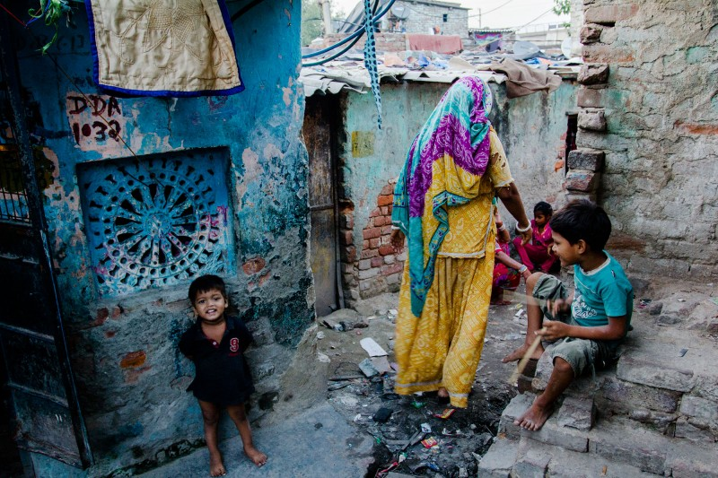 Frau und Kinder in der Kathputli Colony