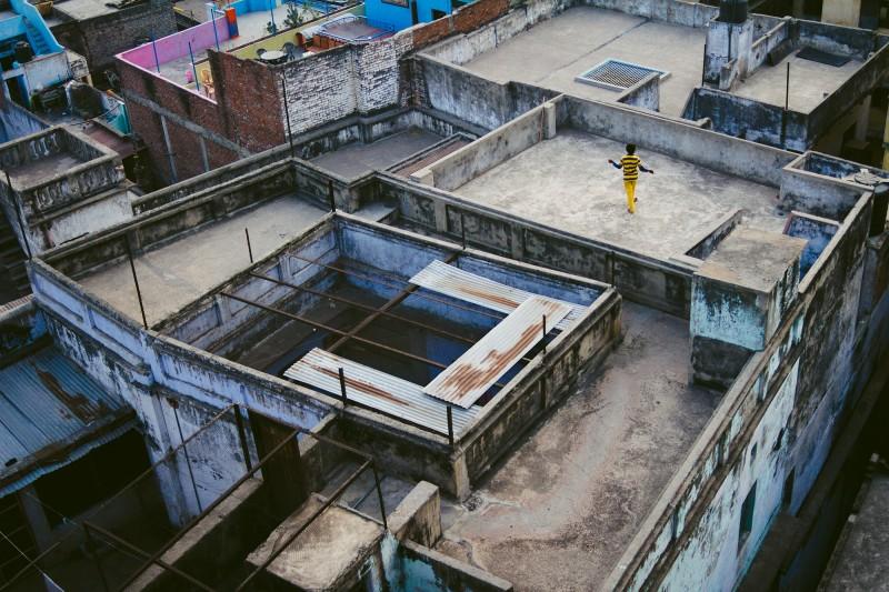 Ein Junge spielt auf einem Dach nahe des Ganges in Varanasi, Indien, 2015.