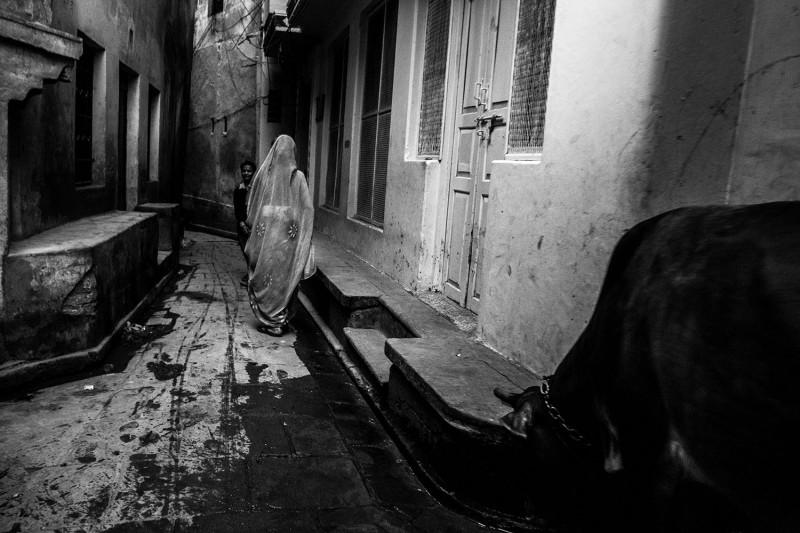 Eine Frau geht durch die engen Gassen der heiligen Stadt Varanasi, Indien, 2015.