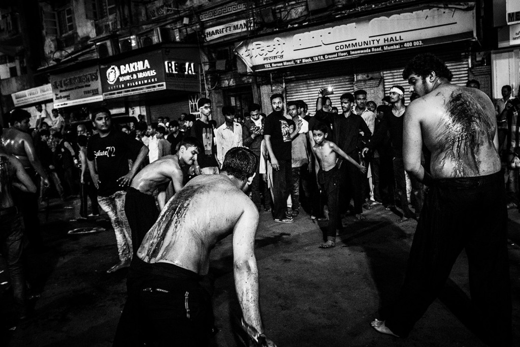 Eine Gruppe von Männern und ein Junge während der Selbstkasteiung in Mumbai, Ashura-Trauerfest, Indien, 2015.