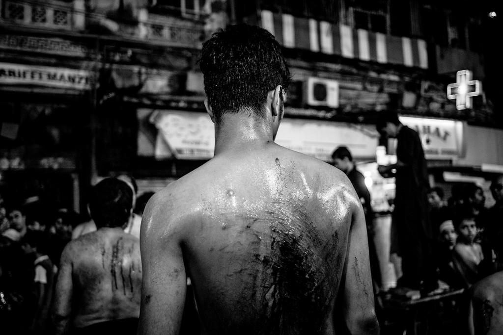 Ein junger Mann mit zerschnittenem Rücken während des Ashura-Trauerfests in Mumbai, Indien, 2015.