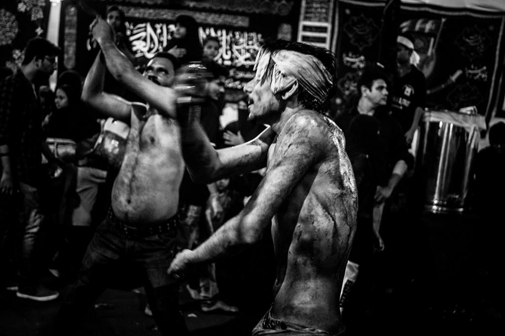 Ein Mann geißelt sich selbst während des Ashura-Trauerfests in Mumbai, Indien, 2015.