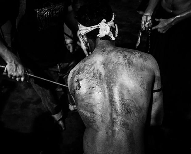 Ein Mann zeigt seinen zerschnittenen Rücken während des Ashura-Trauerfests in Mumbai, Indien, 2015.