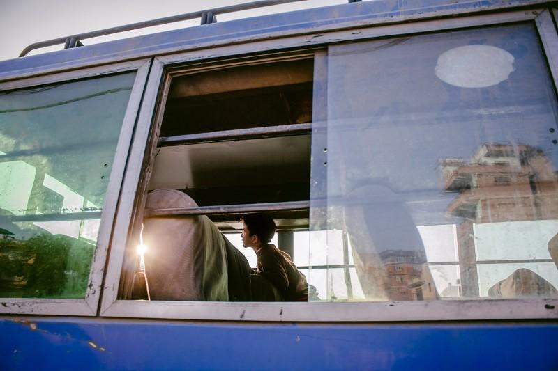 Ein Kind spielt in einem alten Bus in Kathmandu, Nepal.