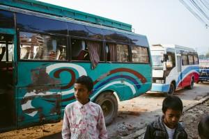 Kinder vor Bus in Kathmandu