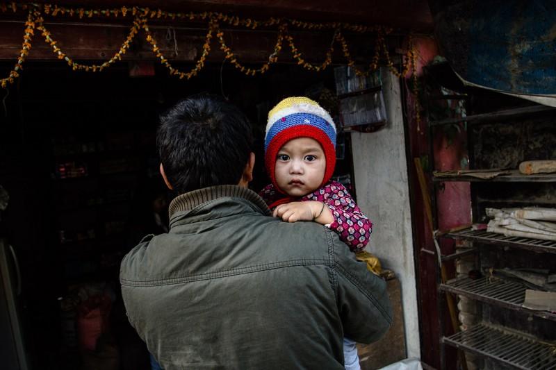 Vater und Kind auf den Straßen Kathmandus.