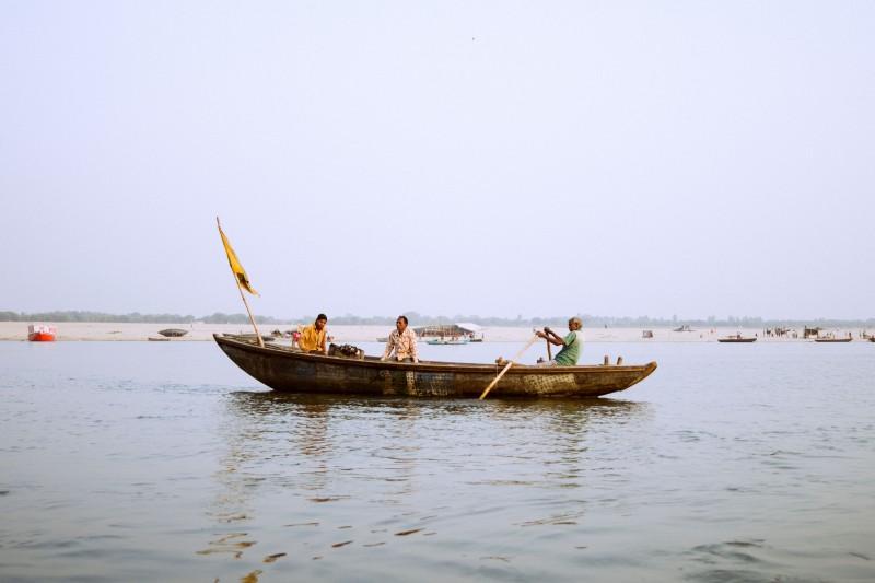 Ein Boot auf dem Ganges in Varanasi, Indien.