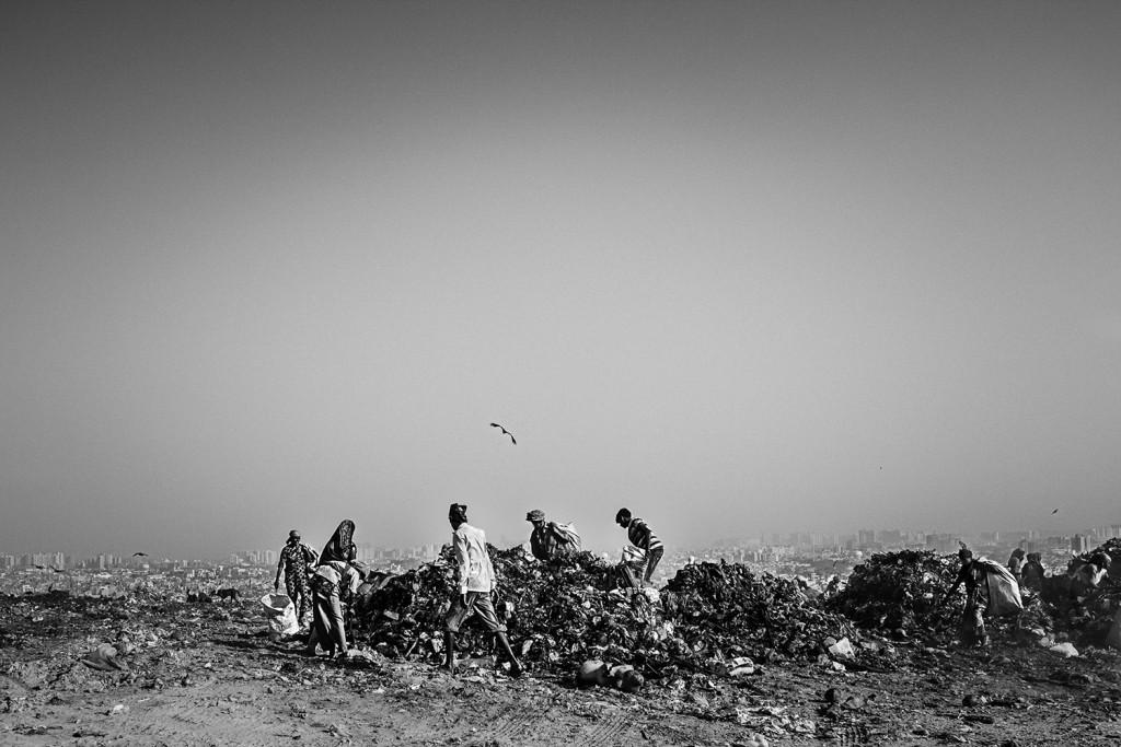 Männer und Frauen suchen nach verwertbaren Materialien auf dem Ghazipur Müllberg, Neu-Delhi, 2015.
