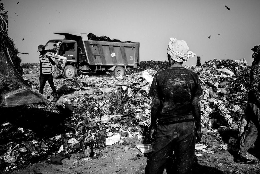 Ein Mann blickt zu einem ankommenden LKW auf der Ghazipur Müllkippe, Neu-Delhi, 2015.