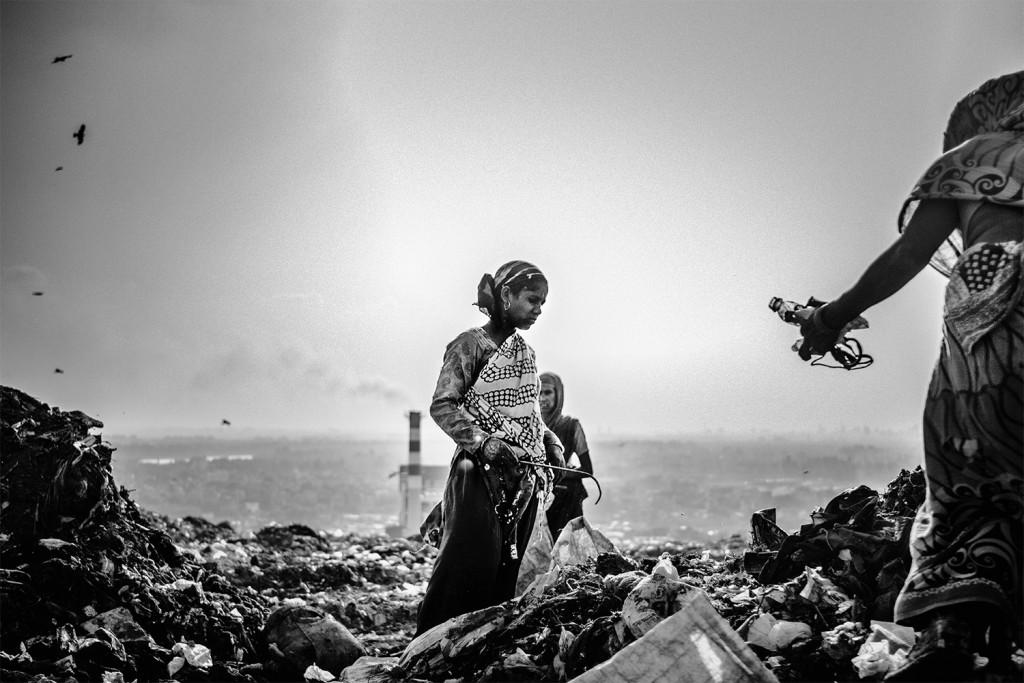 Frauen durchwühlen Müll auf der Suche nach wiederverwertbaren Materialien auf der Ghazipur Müllkippe, Neu-Delhi, 2015.