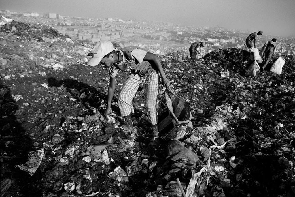 Ein Junge durchsucht Müll auf der Ghazipur Müllkippe, Neu Delhi, 2015.