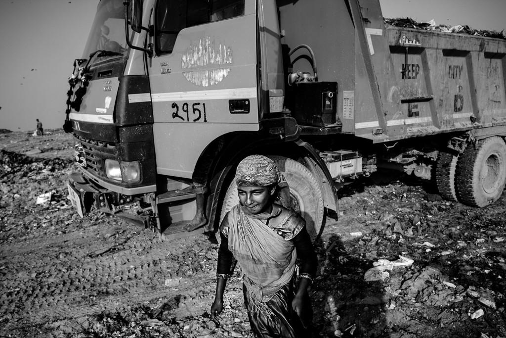 Ein Mädchen steigt aus einem LKW auf der Ghazipur Müllkippe in Neu-Delhi, 2015.