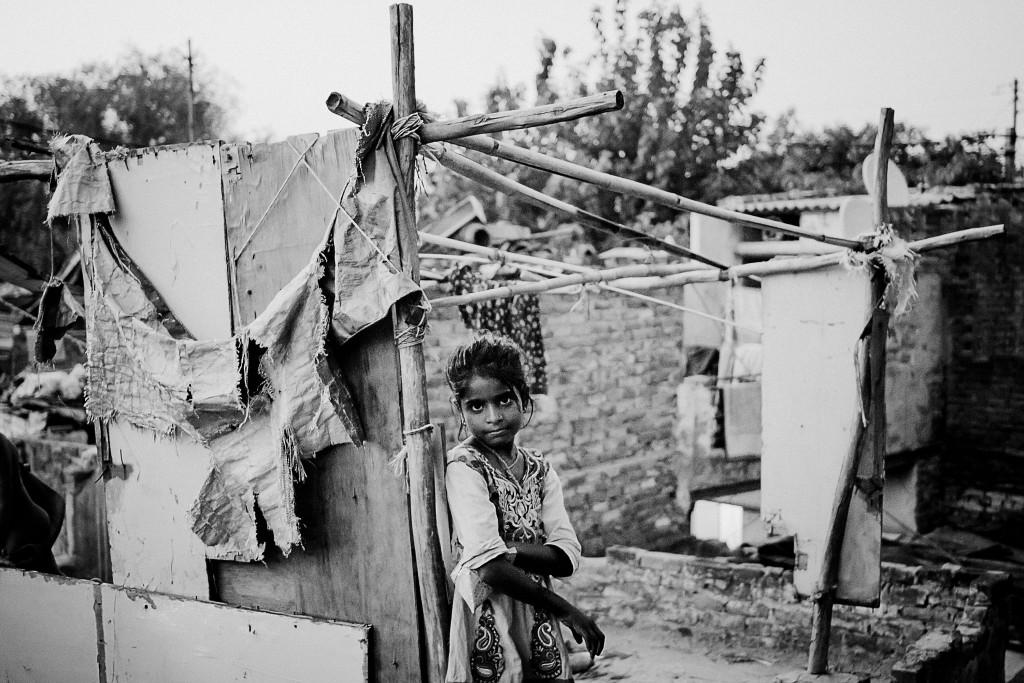 Ein Mädchen steht auf einem Dach im Künstlerslum Kathputli Colony, Neu-Delhi, 2015.