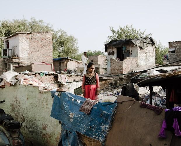 Ein Kind steht auf einem Dach im Künstlerslum namens Kathputli Colony, Neu-Delhi, Indien, 2015.