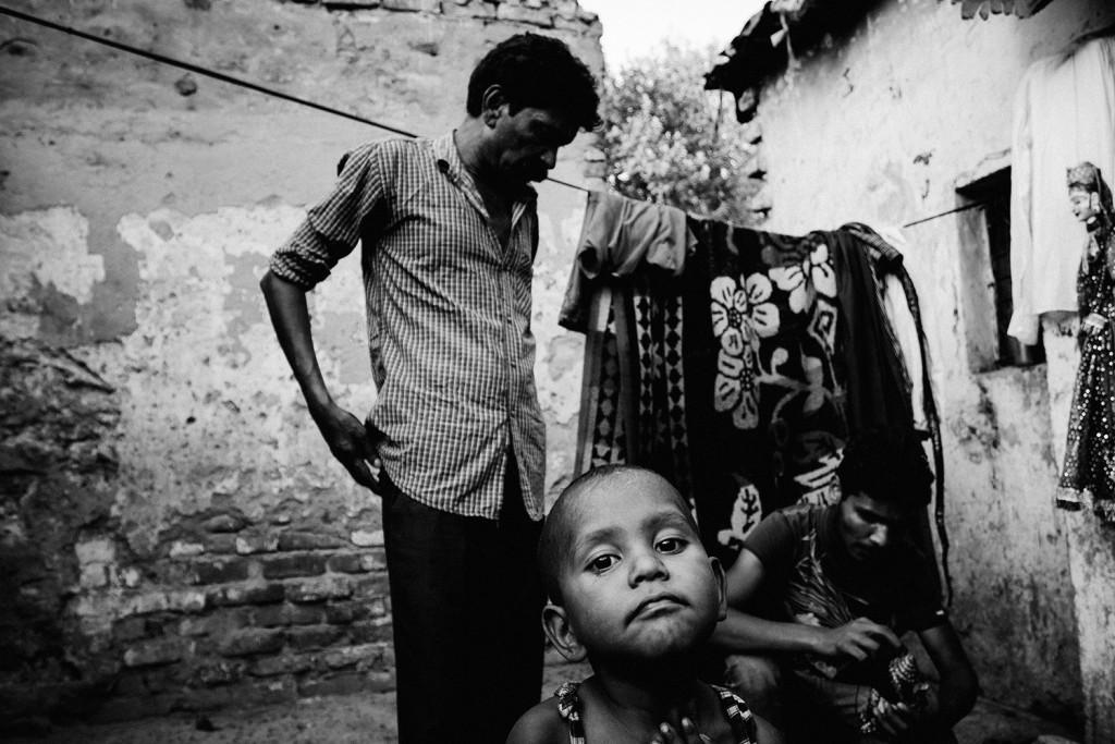 Puppenspieler Jagdish vor seinem Haus in der Kathputli Kolonie mit seinem Sohn und seinem Enkelkind. Neu-Delhi, 2015.