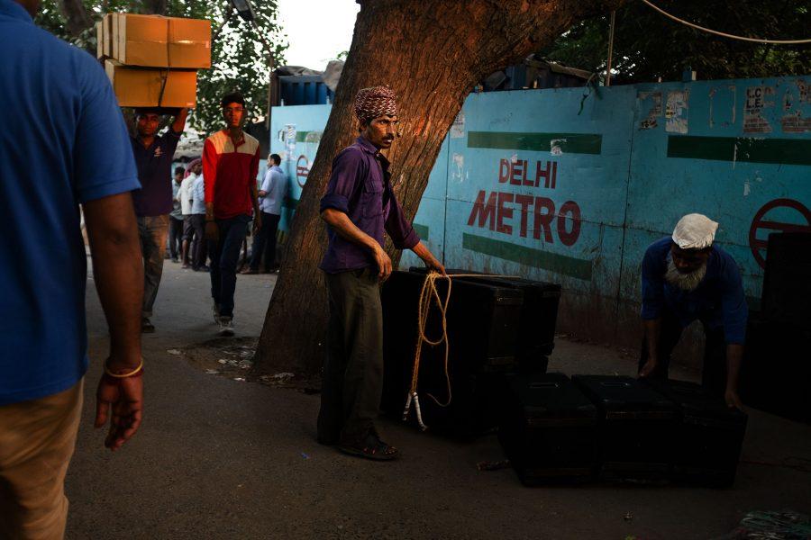 Ein Arbeiter hält ein Seil in der Hand in Old Delhi, Indien 2016