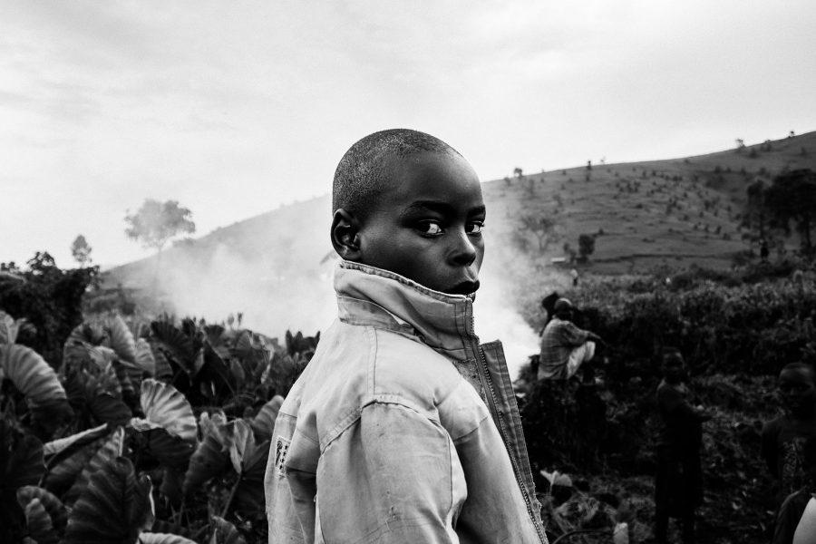 Ein Junge in einem Dorf in Masisi, DR Kongo 2016