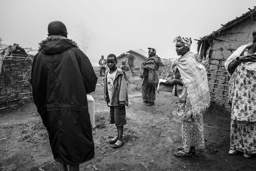Ausgewählte Dorfbewohner führen eine Polio-Impfung inmitten des umkämpften Rebellendorfes Mpati durch. DR Kongo 2016.