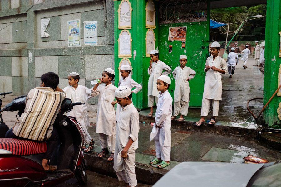 Eine Gruppe von Kindern vor einer Koranschule in Old Delhi, Indien 2016