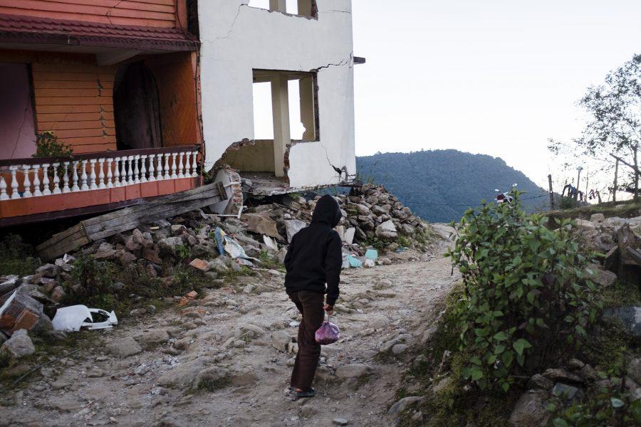 Ein Junge auf dem Heimweg in dem vom Erdbeben zerstörten Chisapani, Nepal 2016