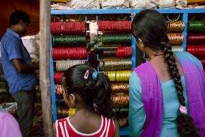 Mutter und Tochter auf einem lokalen Markt in Siddharthanagar, Nepal 2016