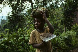 Ein Junge auf dem Weg zur Feldarbeit im Osten der DR Kongo, 2016.