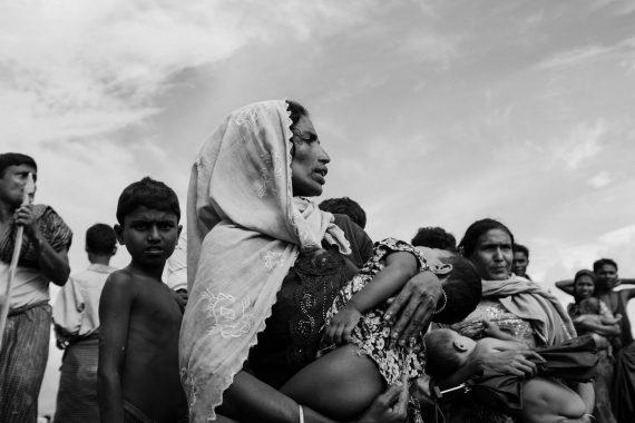Eine Rohingya-Mutter hält ihr erschöpftes Kind in den Armen, Bangladesch, 2017.