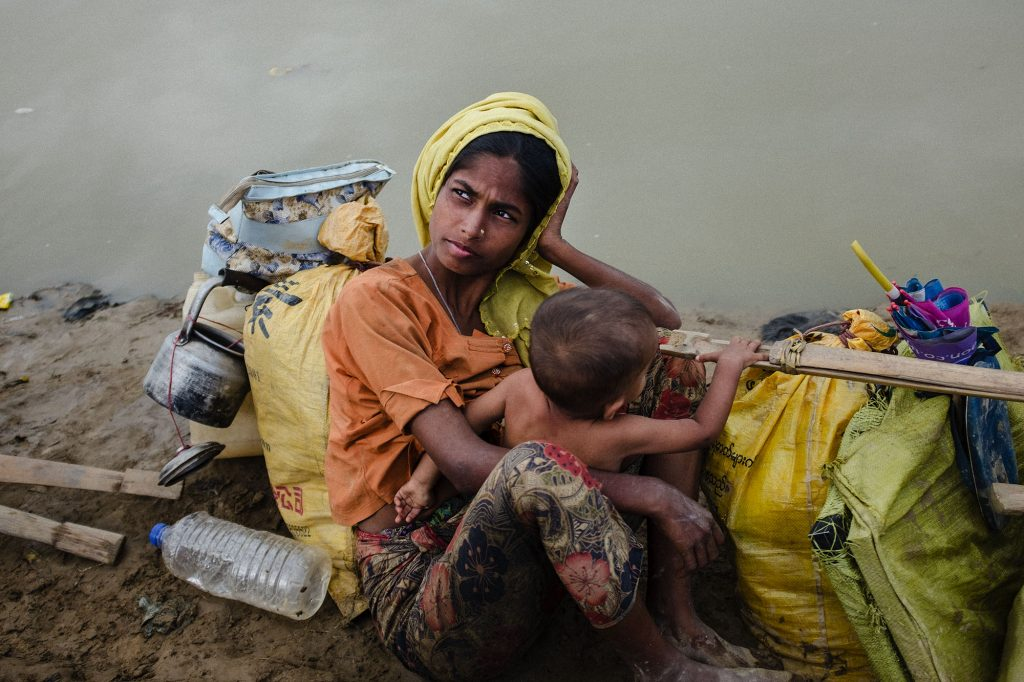 Eine Rohingya-Frau warten mit ihrem Kind im Niemandsland zwischen Myanmar und Bangladesch, 2017.