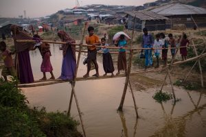 Rohingya balancieren über eine improvisierte Brücke im Kutupalong-Flüchtlingscamp, Bangladesch, 2017.
