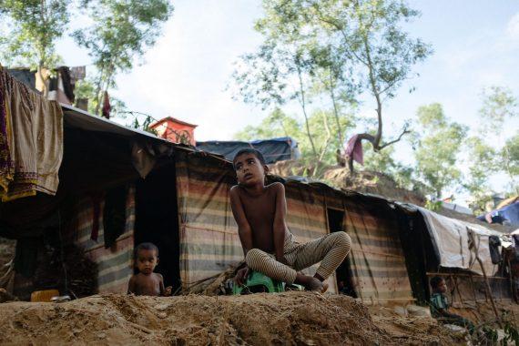 Kinder sitzen vor einer improvisierten Unterkunft in einem Rohingya-Flüchtlingscamp, Bangladesch, 2017.