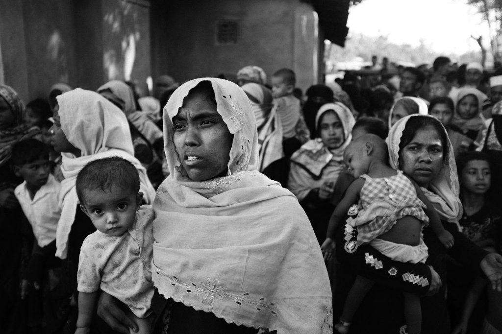 Rohingya-Frauen und ihre Kinder warten vor einer Nahrungsmittelausgabestelle, Bangladesch, 2017.