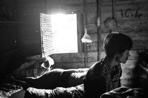 Chaileang, ein Crystal Meth-Konsument und Familienvater, sitzt in seiner Holzhütte in Phnom Penh, Kambodscha, 2017.