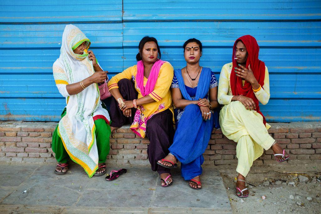 Eine Gruppe von Transgender-Bettlerinnen pausiert am Straßenrand in Neu-Delhi, Indien, 2017.