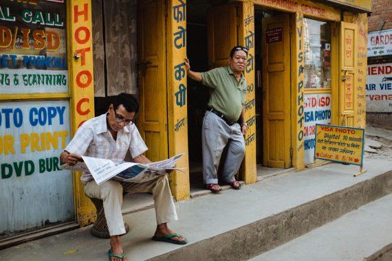 Zwei Männer vor einem Copyshop in Kathmandu, Nepal, 2017.