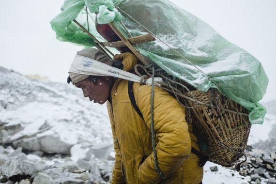 Träger auf dem Everest Base Camp Trek, Nepal, 2018