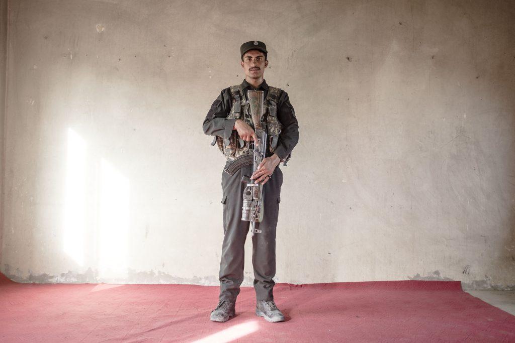 Ein afghanischer Polizist außerhalb von Lashkar Gah, Afghanistan, 2018.
